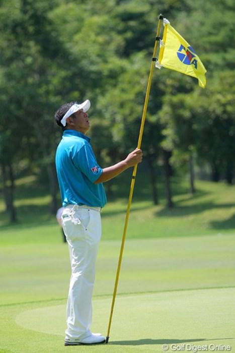 ほとんどの選手がキャディさんからピンを受け取ります。これもシニアツアーの風景 2011年 トータルエネルギーCUP PGAフィランスロピーシニアトーナメント 初日 加瀬秀樹