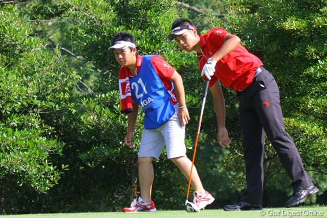 2011年 日本アマチュア選手権競技 2日目 松山英樹 スタートの10番ではティショットを左に曲げてキャディの田中くんと同じポーズでボールを追いかける