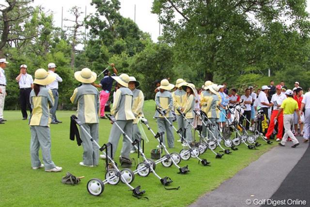 2011年 日本アマチュア選手権競技 2日目 ハウスキャディ プレーオフ用に9人のハウスキャディが待機。しかし全選手帯同だったためスタートせずにクラブハウスに引き上げた。