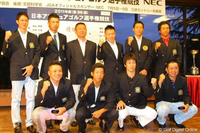 2011年 日本アマチュア選手権競技 2日目 東北福祉大9人衆 阿部監督を囲み、予選を勝ちぬいた9人の東北福祉大選手たち