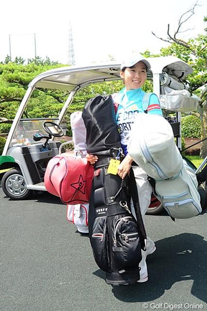 2011年 日本アマチュア選手権競技 2日目 森美穂 開催コースでキャディバイト中の森美穂、兄の応援もできず、ちゃんと仕事をしていました