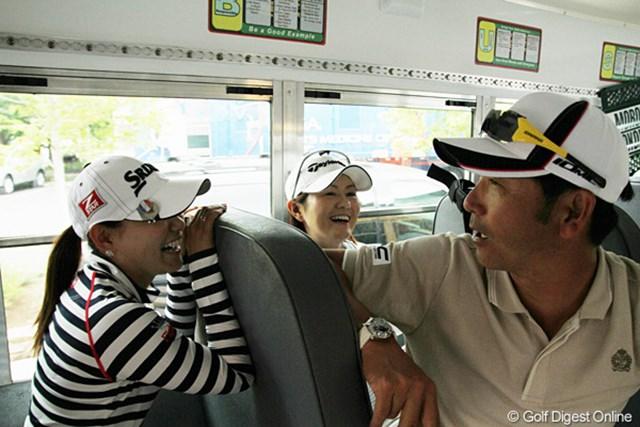 練習ラウンド中に雷雨が迫り、移動用のバスに避難。会話に花が咲く