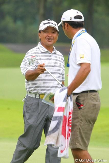 2011年 トータルエネルギーCUP PGAフィランスロピーシニアトーナメント 2日目 倉本昌弘 たちあがり、連続バーディを決めてこの笑顔!