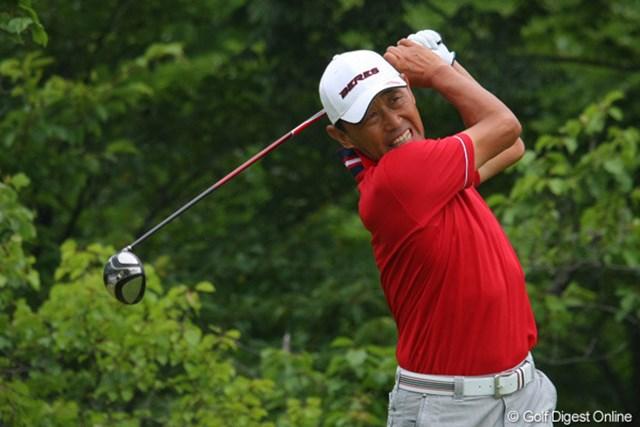 2011年 トータルエネルギーCUP PGAフィランスロピーシニアトーナメント 2日目 高橋勝成 ひときわグリーンにはえた赤いウェアを来た高橋勝成プロ。イーブンパーで予選通過です