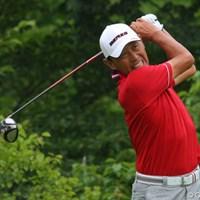 ひときわグリーンにはえた赤いウェアを来た高橋勝成プロ。イーブンパーで予選通過です 2011年 トータルエネルギーCUP PGAフィランスロピーシニアトーナメント 2日目 高橋勝成