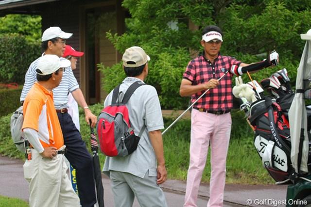 シニアツアーの魅力のひとつは、プロとこんなに近くに寄れるんです(右:芹澤信雄プロ)
