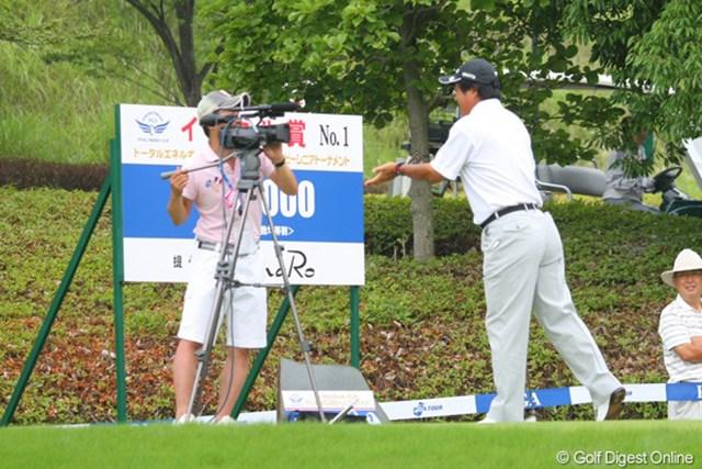 2011年 トータルエネルギーCUP PGAフィランスロピーシニアトーナメント 2日目 湯原信光 USTREAM中継中、湯原プロはカメラの前で何を訴えているのでしょうか、ジェスチャー付きで。