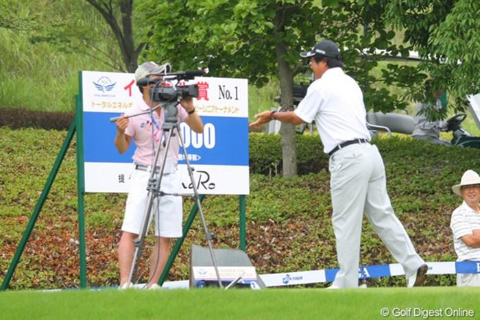 USTREAM中継中、湯原プロはカメラの前で何を訴えているのでしょうか、ジェスチャー付きで。  2011年 トータルエネルギーCUP PGAフィランスロピーシニアトーナメント 2日目 湯原信光