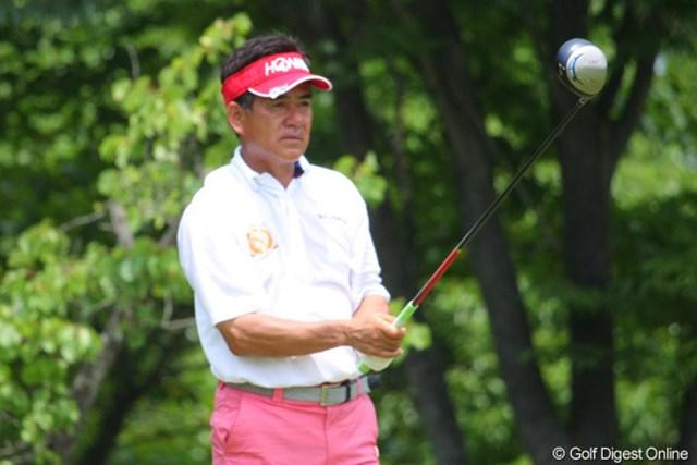 2011年 トータルエネルギーCUP PGAフィランスロピーシニアトーナメント 最終日 佐藤剛平 優勝争いのプレッシャーの中、緊張の面持ちでティショットに臨む佐藤剛平