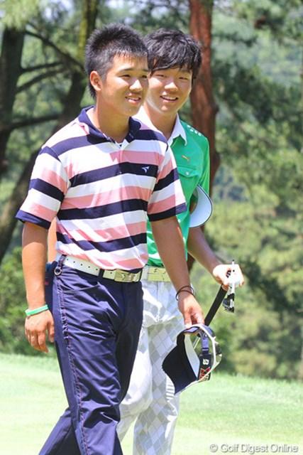 2011年 日本アマチュアゴルフ選手権競技 4日目 伊藤誠道&浅地洋佑 負けた伊藤の背中をポンと叩き「お疲れ!」と声をかける浅地洋佑