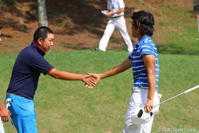 2011年 日本アマチュアゴルフ選手権競技 4日目 櫻井勝之&古田幸希 古田が17番でボギーを叩き勝負あり、戦いを終えてがっちり握手