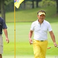 バーディを決め、ファンの方々から「かっこいいー!」と黄色い?声援を送られる高松プロ 2011年 トータルエネルギーCUP PGAフィランスロピーシニアトーナメント 最終日 高松厚