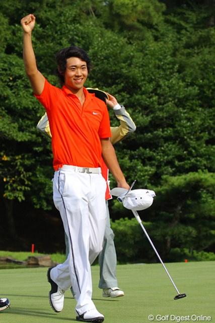 36ホール目に勝利を決めて右手を高々と上げる櫻井勝之