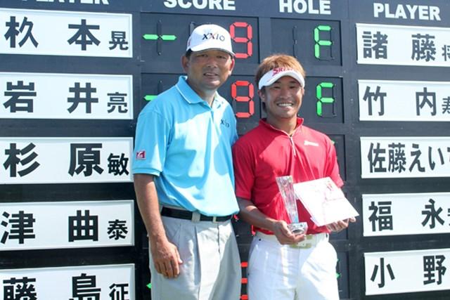 2011年 静ヒルズトミーカップ 最終日 杦本晃一 自身初のチャレンジツアータイトルを手にした杦本晃一。中嶋常幸とカップ写真に収まった