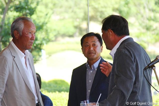 2011年 東日本大震災復興支援 PGAチャリティプロアマゴルフ大会 青木功、中嶋常幸、倉本昌弘 表彰式前になにやら真剣な表情で話し込む青木功、中嶋常幸、倉本昌弘