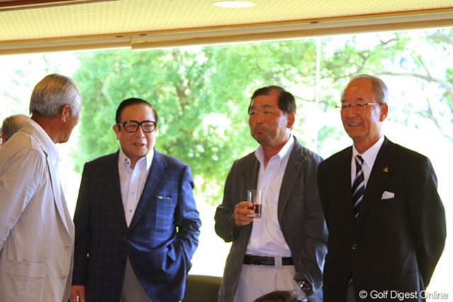 2011年 東日本大震災復興支援 PGAチャリティプロアマゴルフ大会 青木功、中嶋常幸、松井功PGA会長 会場の渡邊理事長(左から2番目)と談笑する青木功、中嶋常幸、松井功PGA会長