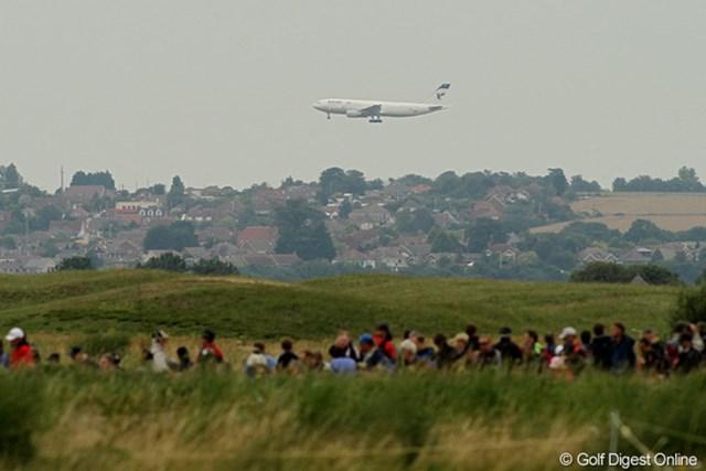 2011年 全英オープン 初日 空港 パイロットの練習用によく利用される空港なんだそうです。降り立つ飛行機はイラン航空