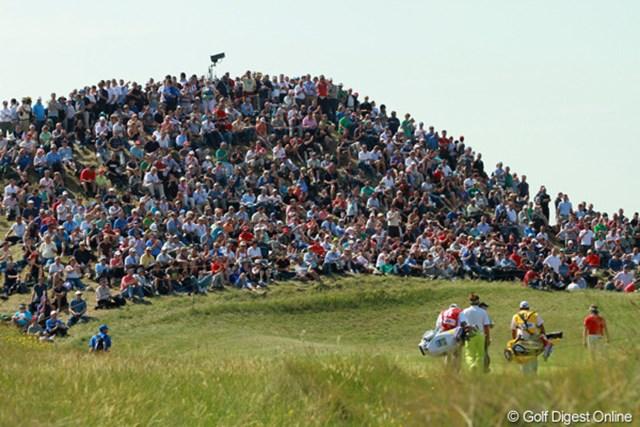 岡の上に陣取ってプレーを眺めるギャラリーたち。まさに、黒山の人だかり