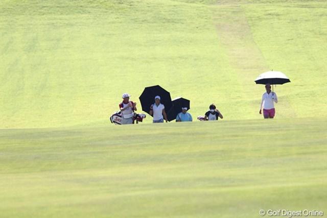 選手達も日傘が必需品、今日の気温32.3度