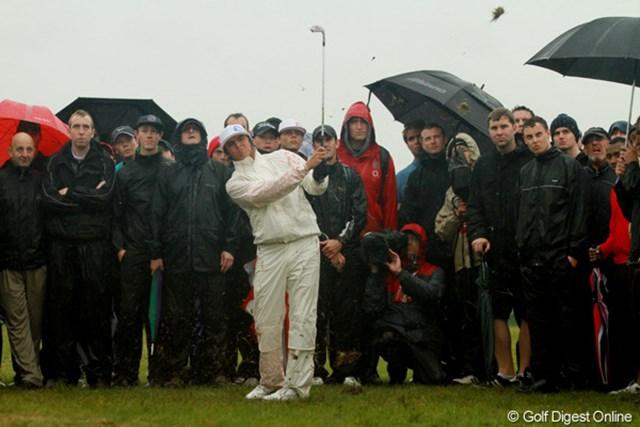 2011年 全英オープン 3日目 リッキー・ファウラー 雨でグリップが滑りショットが大きく右にそれた。ギャラリーの中からグリーンを狙う