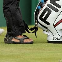 トム・ルイスのキャディは素足にサンダル履き 2011年 全英オープン 最終日 サンダル
