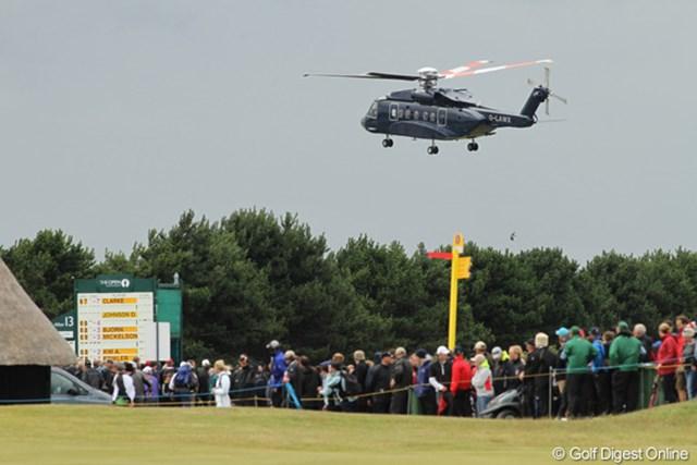 コースのすぐ隣にあるヘリポートから飛び立つヘリ。何人乗り?