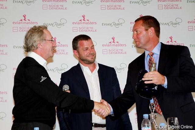 2011年 エビアンマスターズ 事前 LPGA&エビアンマスターズ 会見で握手をするマイケル・ワン(右)とフランク・リブー(左)、ジャック・バンガート(中)