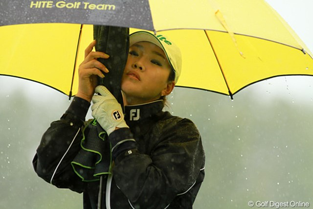 2011年 エビアンマスターズ 初日 雨 雨の日のラウンドで大切なことは、グリップを濡らさないこと。そのためにはタオルをなるべく濡らさないこと。でも、頬についた雨を拭いちゃった