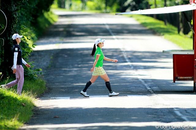 2011年 エビアンマスターズ 2日目 一般道路 コースの数ヶ所は一般道路を横切るが交通規制のため車は来ない。ミチの名前はアビーロード?いえ、ここはフランスです