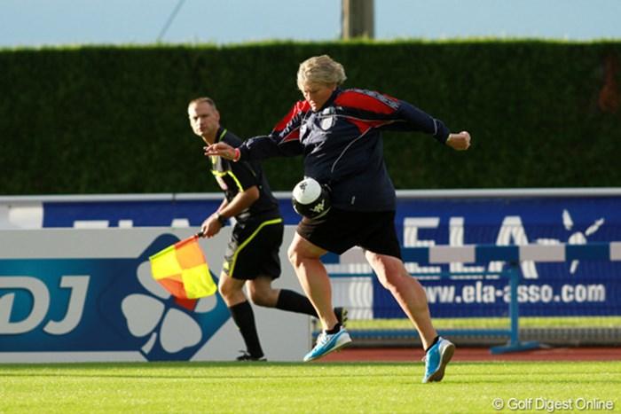 初日のラウンド後、サッカー好きなローラ・デービースが元フランス代表選手らとのゲームに参加。意外に動きが俊敏! 2011年 エビアンマスターズ 2日目 ローラ・デービース