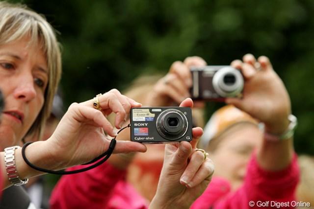 カメラも携帯電話も禁止!のはずなんですが、みんな持ち込んで撮ってます。自由な国だ…