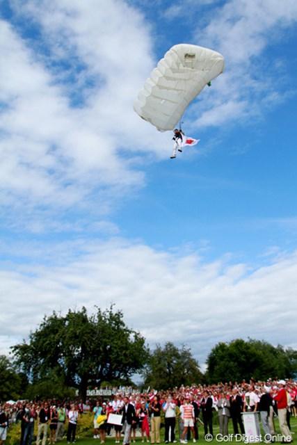 表彰式の最後にフランス航空部隊のパラシュート隊員が日の丸を持って舞い降りてきた。BGMは君が代。感動的な一幕
