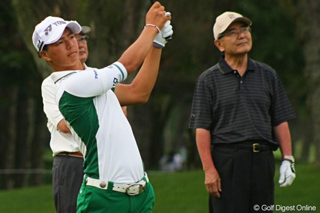 ノーベル化学賞受賞者の根岸英一氏(右)とプロアマ戦を戦った石川遼