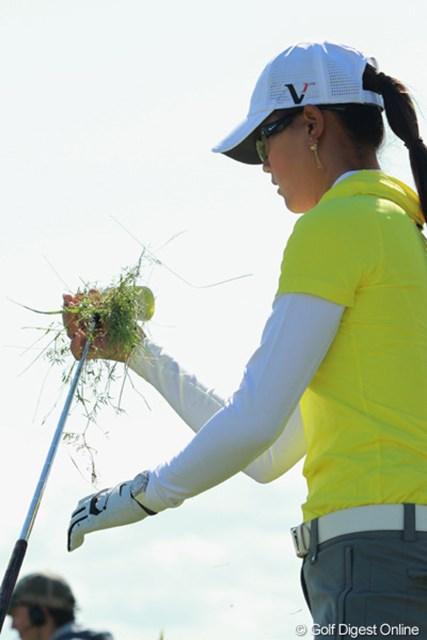 2011年 全英リコー女子オープン 2日目 ミッシェル・ウィ スイングし終わってもクラブに絡みついたままの草が、スコットランドの深いラフを物語る
