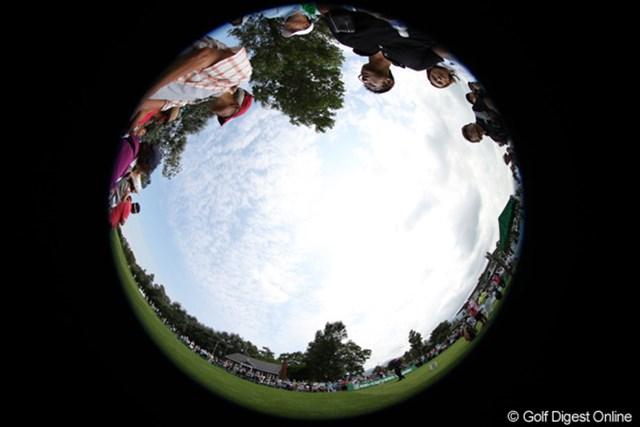平塚選手の10番ティショットを魚眼レンズで撮影。魚がゴルフを観戦するとこんな感じに見えるんですね。