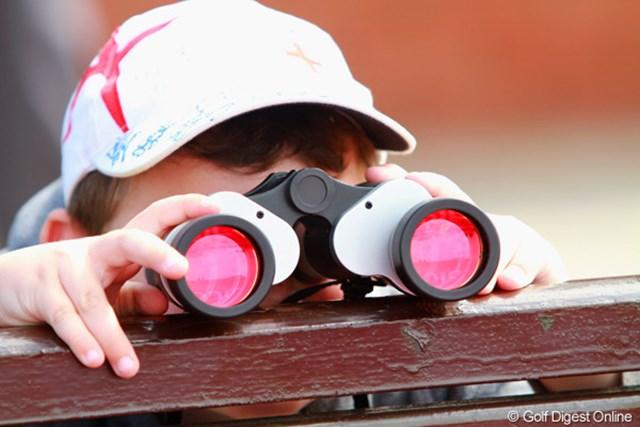 ゴルフ観戦には必需品の双眼鏡。ちびっ子には少し重いので、ベンチの上に置いて覗いてる。ナイスアイデア