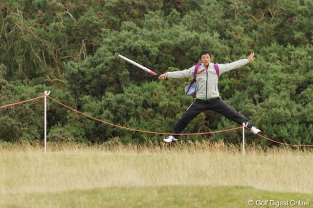 茂木プロのマネージャーでもある夫の窪田さん。同伴競技者のミスショットをジャンプで直撃を回避!元スノーボーダーでした