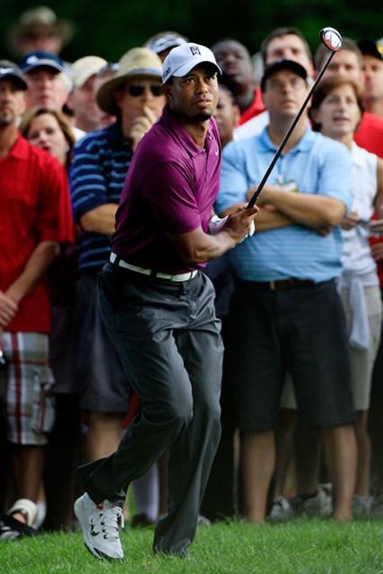 16番では右ラフからスライスでチャンスを迎えたタイガー・ウッズ(Sam Greenwood/Getty Images)