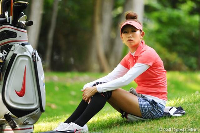 2011年 meijiカップ 2日目 金田久美子 2日間ともに手堅くアンダーでまとめた大人のゴルフ?木陰で涼をとる、フフェアウエイの乙女でありました・・・。27位T
