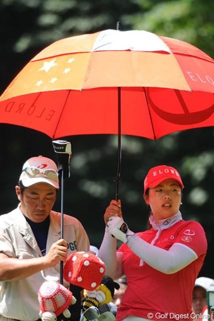 2011年 meijiカップ 最終日 国旗の傘 傘が国旗でキャディがカッキーってウソみたいやん!愛国者なのネ!