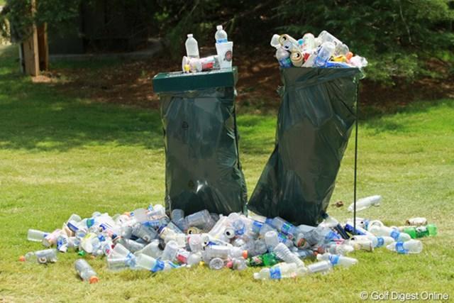 ゴミ箱からあふれ出したごみの山。暑さのために処理能力の限界を超えた
