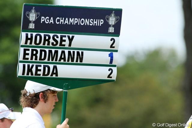 赤はアンダー、黒はオーバーというのがゴルフの常識。で、青文字って、ナニ?