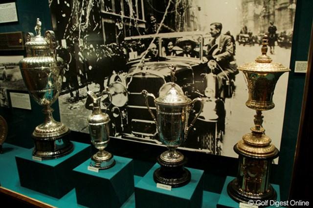 クラブハウスの中にはボビー・ジョーンズの思い出の品々が並ぶ。写真は1930年に年間グランドスラムを達成した際のカップたち
