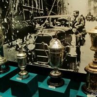 クラブハウスの中にはボビー・ジョーンズの思い出の品々が並ぶ。写真は1930年に年間グランドスラムを達成した際のカップたち 2011年 全米プロゴルフ選手権 初日 ボビー・ジョーンズルーム