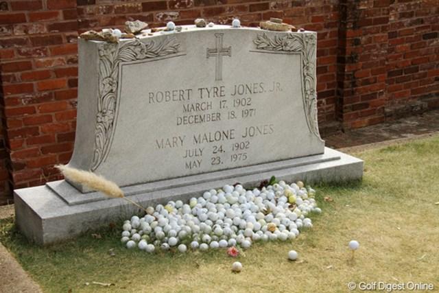 アトランタのダウンタウンのはずれにあるジョーンズの墓。お供え物はゴルフボールやティペグなど