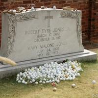 アトランタのダウンタウンのはずれにあるジョーンズの墓。お供え物はゴルフボールやティペグなど 2011年 全米プロゴルフ選手権 初日 ボビー・ジョーンズの墓石