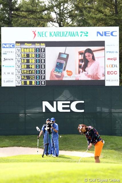 2011年 NEC軽井沢72ゴルフトーナメント 初日 福嶋晃子 最終18番でパターをするホステスプロのアッコさん、看板も目立つね。