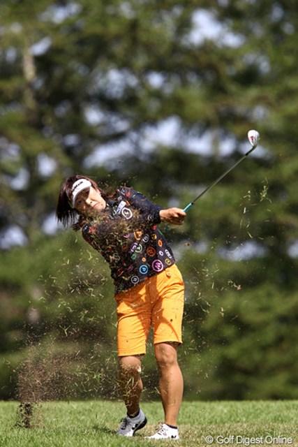 2011年 NEC軽井沢72ゴルフトーナメント 初日 福嶋晃子 洋芝なのでアイアンも楽に飛んでくれるそうですよ。
