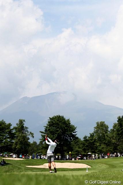 2011年 NEC軽井沢72ゴルフトーナメント 初日 有村智恵 8番ショートホール、浅間山がもう少しすっきり見えると良いのですが・・・軽井沢も今年は暑いです