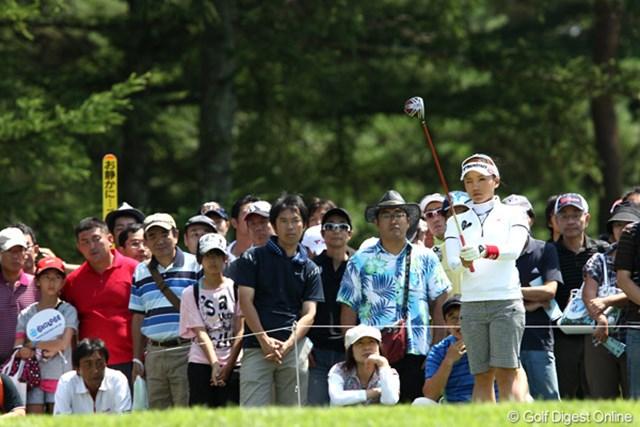 2011年 NEC軽井沢72ゴルフトーナメント 初日 有村智恵 いまやツアーでも一番人気!?集中しています周囲のギャラリーも